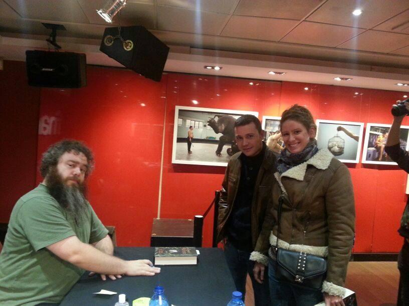 Patrick Rothfuss firmando sus dos últimos ejemplares en Fnac Callao (Madrid)