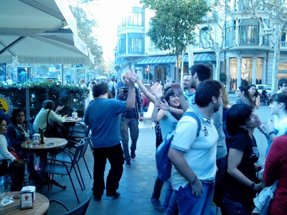 Patrick Rothfuss saludando a la cosa de su firma en Casa del Llibre, Barcelona