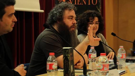 Patrick Rothfuss durante su encuentro con lectores en Barcelona